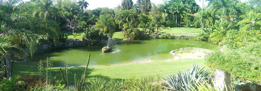 1024px-Pinecrest_Gardens_FL_park_lake_pano01